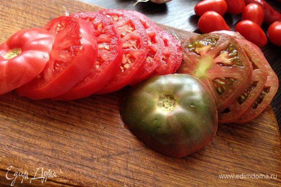 Помидоры нарезать кольцами, а если помидоры черри-пополам.