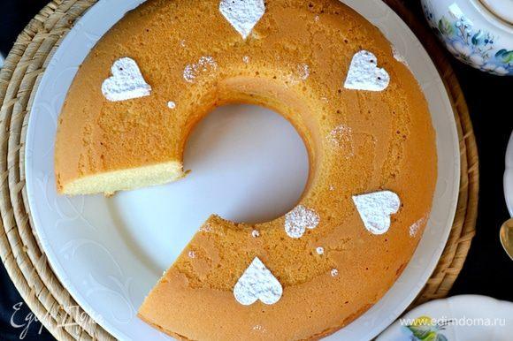 Думаю, что такой кекс можно с легкостью полить любой вашей любимой глазурью, а можно просто присыпать сахарной пудрой.