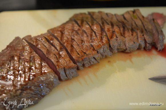 Дадим готовой говядине полежать. Разрежем на небольшие порции.