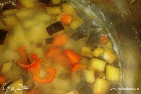 В картофель, который уже 5 минут как кипит, добавим тушеные овощи и дадим им повариться минутки 3. У меня за это время картофель был почти готов. Приправим перцем и добавим куриное мясо.