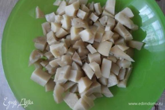 Соленые грузди промоем холодной водой и нарежем кубиками.