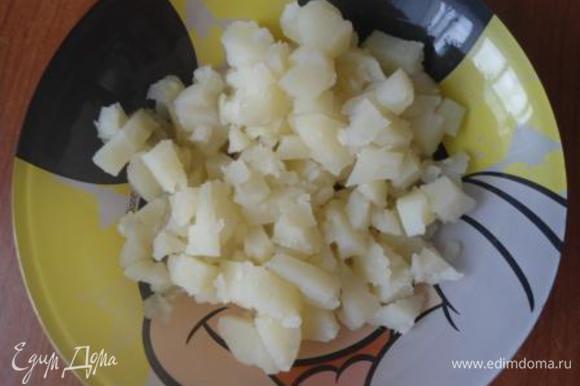 Картофель отварной почистим и нарежем кубиками как грибы.