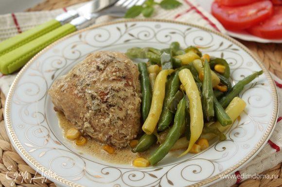 Выложите курицу на тарелочку, полейте соусом, добавьте обжаренные овощи.