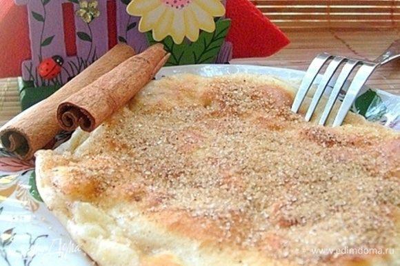 Подаем омлет горячим, посыпав щедро коричной смесью. Ароматно, вкусно, сытно - идеальный вариант горячего завтрака для самых любимых!