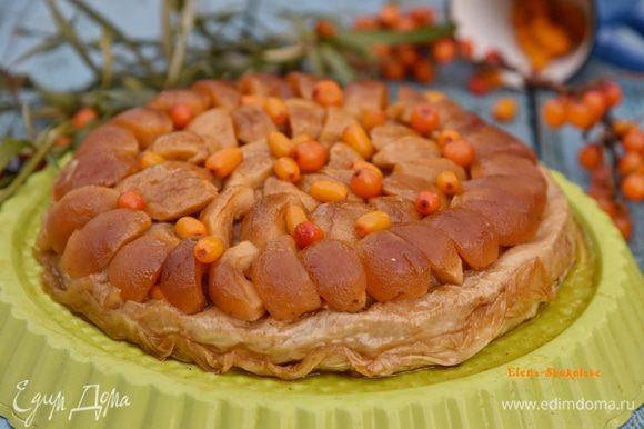 Сверху еще присыпать пирог облепихой. Угощайтесь! Вкуснее всего пирог тёплым.