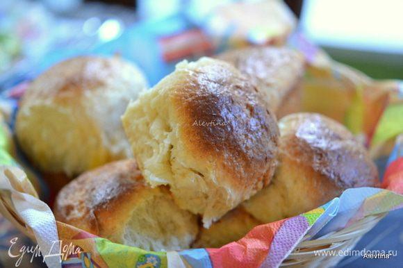 Смазать булочки сверху молоком или яйцом. Выпекать в разогретой духовке на 180 гр. 30 минут или до румяности. Достанем из духовки и дать постоять 10 минут.