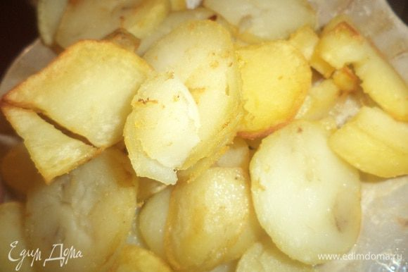 Картофель очистить от кожуры, нарезать кружочками. На оставшемся растительном масле обжарить кружочки картофеля до румяной корочки.