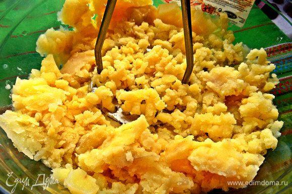 Теперь вернёмся к картошке. В той же посуде, где и запекалась, разомнём толкушкой.