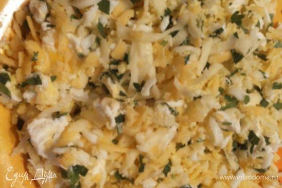 Сначала готовим начинку. Яйца отварить и измельчить с сыром, зеленью и чесноком.