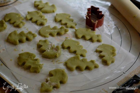 Вырезать формочкой листья. Тесто очень мягкое, непослушное, поэтому вырезанные листья ставим в холодильник на 10-15 мин пока раскатываем и вырезаем второй кусок теста. После холодильника убираем лишнее тесто от вырезанных листочков.