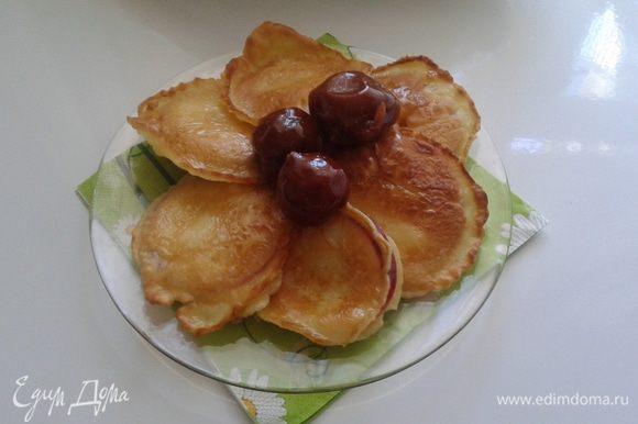 Подавать можно со сметаной или любым вареньем. Я использовала варенье из цельных груш. Приятного аппетита!