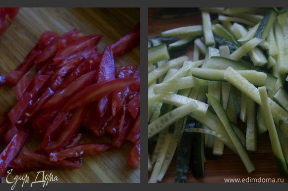 Огурцы и помидор нарезать тонкой соломкой.