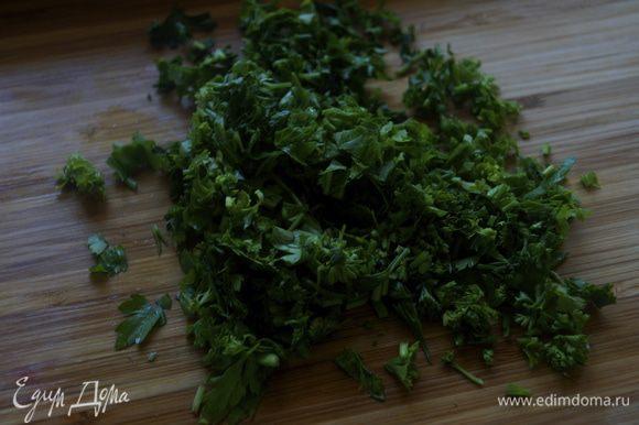 Порезать соломкой очищенную сырую морковь. Зелень измельчить.