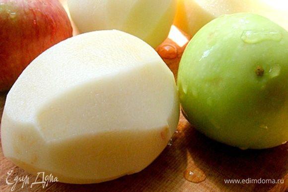 Берем крупный картофель и яблоки. Моем, очищаем