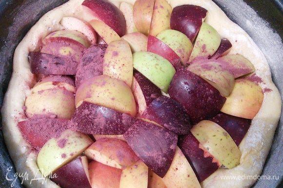 Теперь я предлагаю посыпать яблоки порошком карри. Мой карри с добавлением листьев гибискуса, поэтому имеет темно-розовый цвет. Конечно можно взять и классический карри. Выпекать пирог в заранее разогретой до 230° духовке уменьшая температуру до 180° с паром. Для этого нужно в течении первых 10 мин выпечки сбрызнуть горячую духовку холодной водой.
