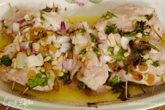 Запекать курицу в разогретой духовке 25–30 минут.