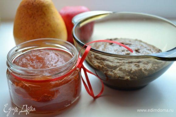 Для начинки подготовить яблочно-грушевое повидло и халву (у меня шоколадная). Халву размять вилкой, добавив или немного повидла, или 50 г сливочного масла для того, чтобы масса стала однородной.