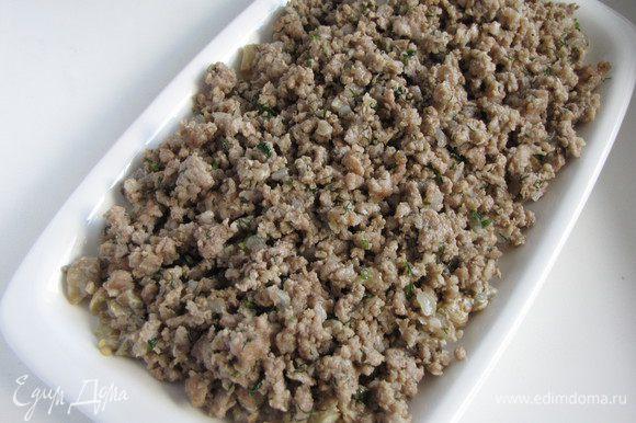 Теперь соберем закуску. На прямоугольное или овальное блюдо выложить половину баклажанов, сверху выложить фарш.