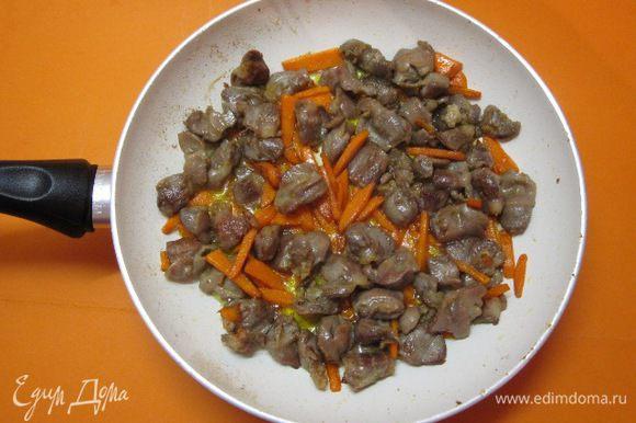 Добавить нарезанную морковь, обжарить.