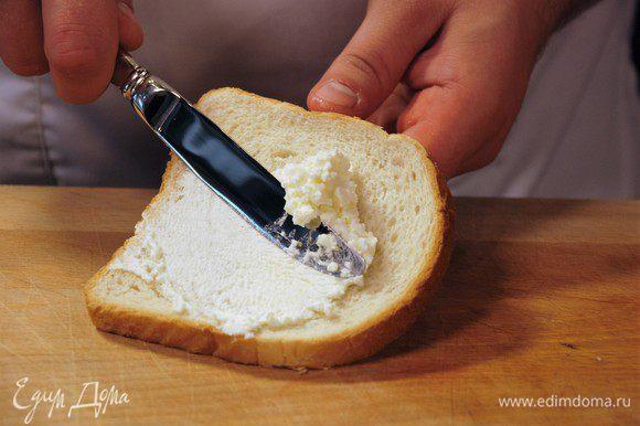"""На ломтик хлеба """"Геркулес"""" намазать творожный сыр."""