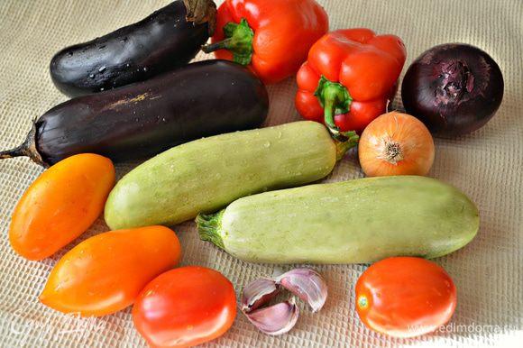 Помойте, подготовьте овощи.