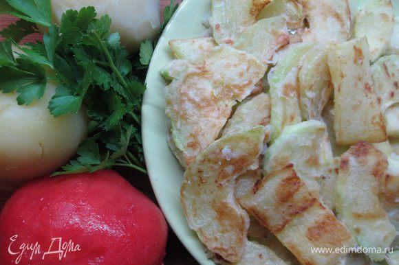 Картофель очистить и нарезать тонкими ломтиками, очищенные от кожуры кабачки нарезать тонкими полосками, обвалять в муке и обжарить с двух сторон.