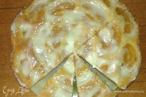 Смешиваем сметану и сахар и полученной смесью обмазываем сверху наш пирог прямо горячим. Даем ему пропитаться и остыть. И вуаля! Приятного чаепития!