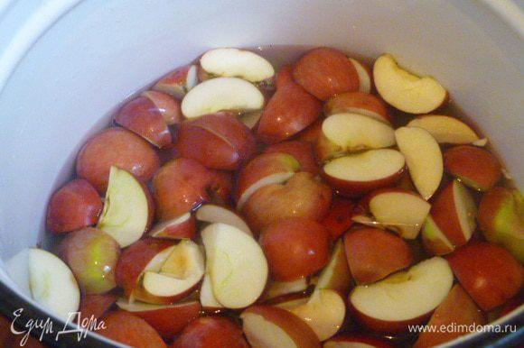 Есть два варианта. Первый подходит для падалицы. И он быстрее. Яблок берете столько, сколько вам нужно. Яблоки хорошо промыть, нарезать на 4 части, ничего не вырезая, и залить водой до половины яблок. Доводим до кипения и варим под крышкой 30 минут.