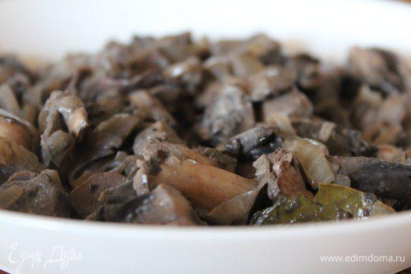 Первым делом готовим начинку. Поджариваем вместе с луком грибы (в моем случае - лесные шампиньоны), солим, перчим. В конце добавляем немного сметаны и еще даем пару минут потушиться. Ароматная и вкусная начинка готова!