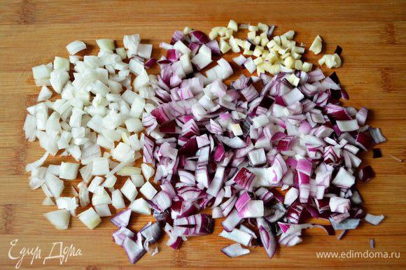 Для соуса лук и чеснок почистите, мелко порежьте. В сковороде разогрейте 2 ст л оливкового масла, лук и половину чеснока слегка протушите (около 5 мин) до прозрачности.