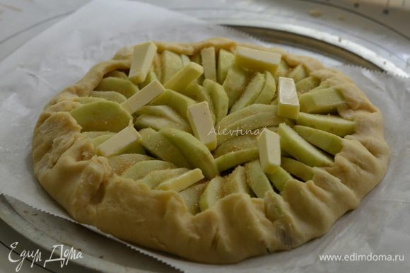 Выложить яблоки поверх ореховой начинки в красивом порядке. Посыпать сверху крупным сахарным песком. Сливочное масло 2 ст. л. порезать, выложить поверх яблок. Свернуть тесто с краев в по кругу в верх. Поставить в духовку на 40-45 минут.