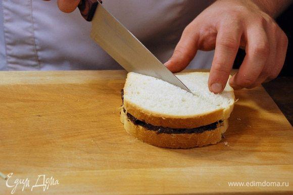 На ломтик хлеба нанести ореховую пасту, накрыть вторым ломтиком хлеба и разрезать на треугольники.