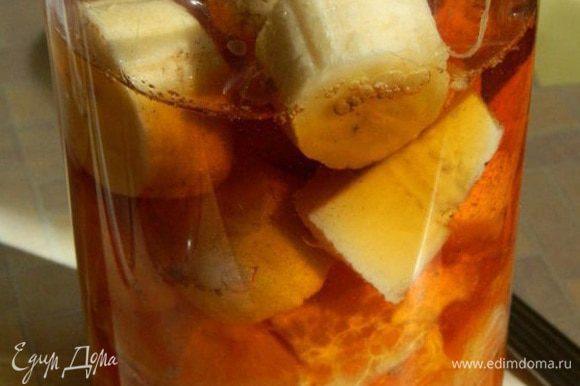 Мандарины очистить,порезать и удалить косточки. Банан очистить и порезать. Сложить фрукты в высокий стакан. К фруктам добавить корицу и сок.