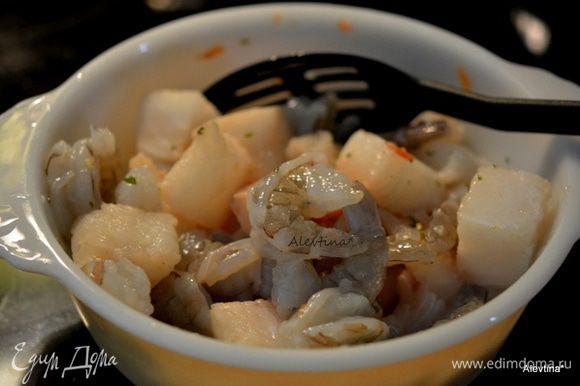 Очистить креветки свежие или размороженные. Филе белой рыбы порезать кубиками. Смешать в стеклянной емкости 2 ст.л сок лайма, 1/2 ч.л, соус Табаско и соль (вместо соли я использую овощную заправку на соли). Выложить креветки и рыбу в стеклянную емкость и перемешать все вместе. Поставить, прикрыв сверху в холодильник на 30 мин.