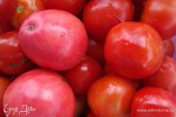 Помидоры хорошо промыть, затем обрезать подпорченные места и нарезать помидоры на кусочки. Нарезанные помидоры ставим на огонь, наливаем на дно немного воды (¼ стакана чтобы на донышке томаты не пригорели) и ставим кастрюлю вариться на медленный огонь. Постепенно помидоры начинают увариваться и дают сок. Даем им немного повариться, минут 10 не больше, выключаем огонь, даем томатам немного остыть. Затем остывшие, но еще теплые томаты протираем через сито.