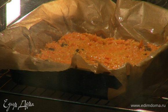Выложить тесто в форму, разровнять и выпекать в разогретой духовке около часа.