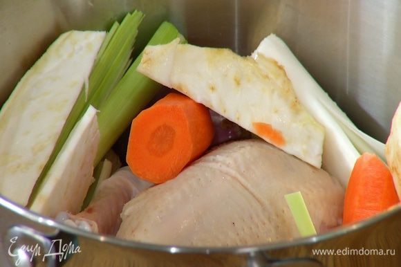Цыпленка поместить в кастрюлю, добавить все овощи, лавровые листья, корицу, душистый перец, можжевельник и гвоздику и залить холодной водой так, чтобы овощи и цыпленок были покрыты жидкостью.