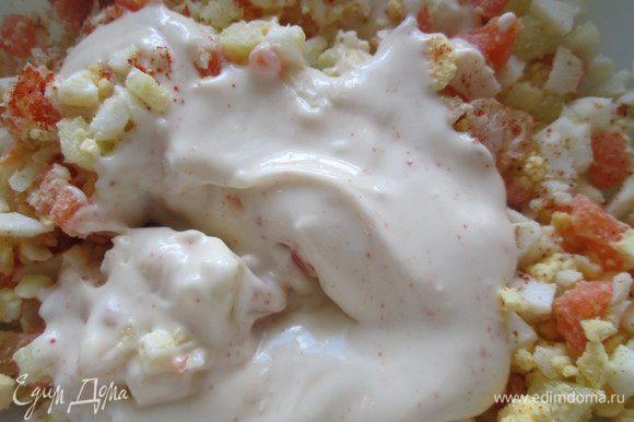 Приготовим соус: смешаем майонез, сметану, соевый соус и красный перец. Уберем в холодильник на полчаса. Измельчаем болгарский перец, добавляем мелкие креветки, яйца и заправляем 1/2 частью охладившегося соуса.