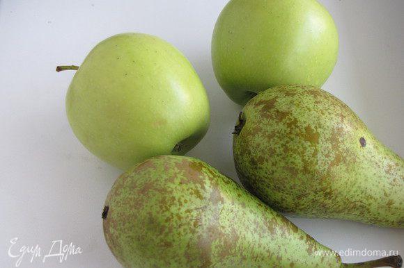 Яблоки и груши вымыть, почистить и нарезать тонкими пластинками. Лучше всего это делать в кухонном комбайне.