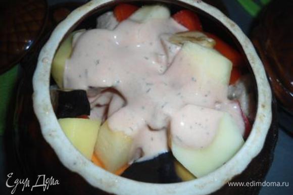 Залить овощи соусом, закрыть крышкой и в духовку на 50 минут.