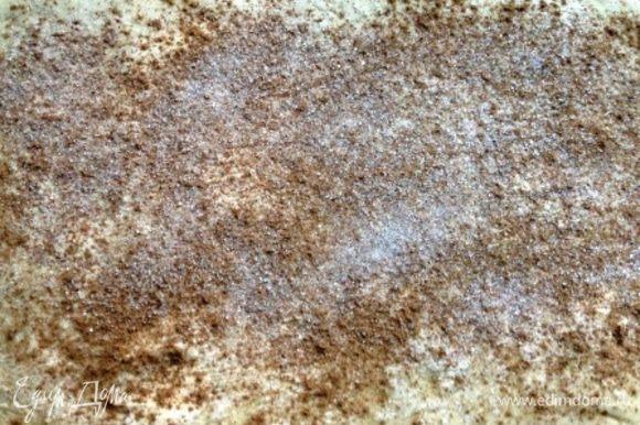 Вторую половину теста тоже раскатать потоньше, намазать размягченным сливочным маслом и по вкусу присыпать корицей и сахаром. Свернуть в рулет.