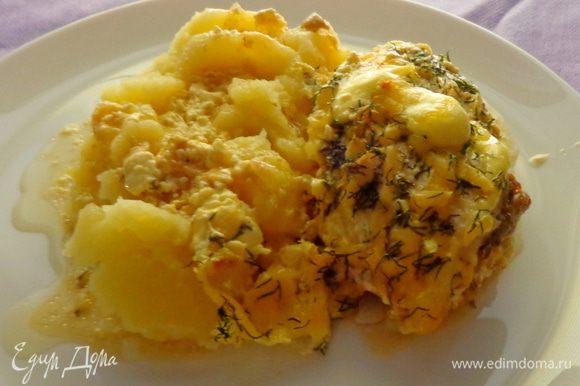 Подавать с картофельным пюре, полив его соусом от курицы. Приятного аппетита!