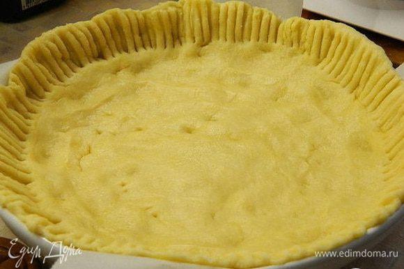 Форму для запекания смазать маслом. Выложить тесто №1 и разровнять руками, сделать бортики (диаметр моей формы 21 см).