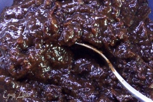 Подготовим чернослив: - откладываем горсть чернослива (примерно 100 гр) в сторону, отжав его - оставшийся чернослив вместе с коньяком доводим до кипения, добавив около 3-5 ложек воды. Томим чернослив пока он не станет мягким минут 5-7 - снимаем с огня, остужаем, затем при помощи блендера измельчаем чернослив в пюре.