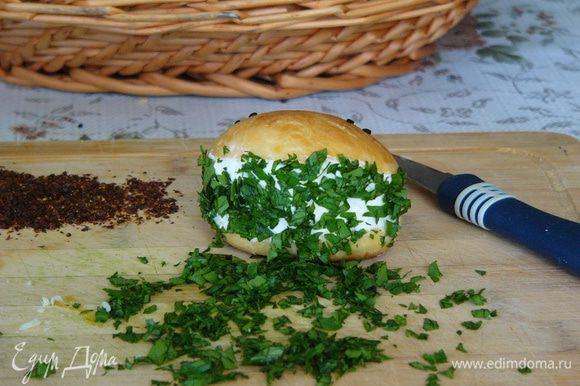 Теперь берем острый ножик и делаем продольный разрез пирожка. В разрез фаршируем сыр. Бочок украшаем зеленью, тертым сыром или молотым перцем.