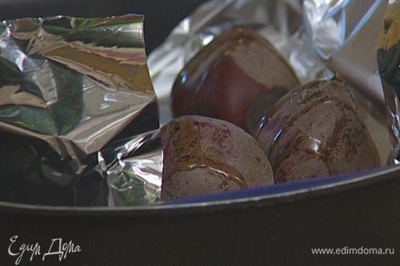 Свеклу вымыть, завернуть в фольгу и запекать в разогретой духовке на противне с солью 20–30 минут.