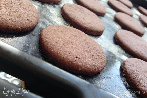 Готовому печенью дать полностью остыть! Я думала на этом этапе и закончиться приготовление печенья, так как моей детворе оно и без крема понравилось! :)