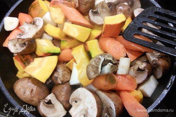 Разогреть в большой сковороде топлёное масло и обжарить овощи до лёгкого золотистого цвета.