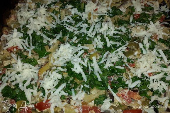 В очередной раз достав и перемешав овощи, посыпаем их петрушкой и тертым сыром. Снова отправляем противень в духовку запекаться до румяной корочки.
