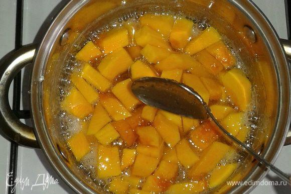 Затем добавляем к сахарному сиропу тыкву и варим ее до готовности.